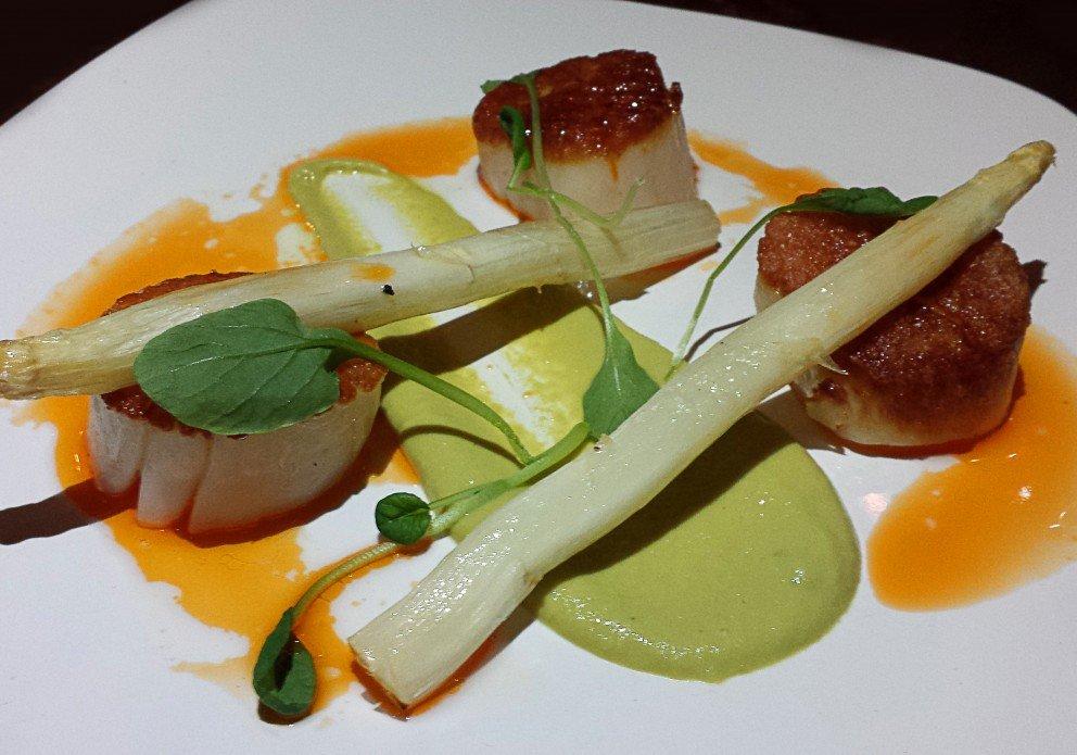 The pan seared scallops w/asparagus/horseradish puree and roasted asparagus